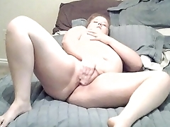 Young BBW fingers herself